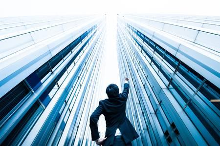 58685283-el-hombre-de-negocios-mirando-hacia-arriba-en-el-alto-edificio-bajo-ángulo